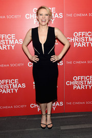 Kate McKinnon paired her dress with black slim-strap platform sandals.