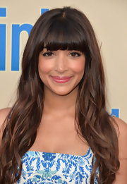 Hannah Simone looked effortlessly gorgeous with loose beachy waves.