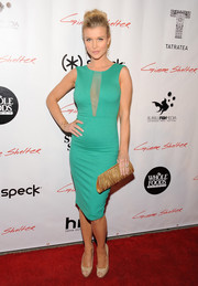 Joanna Krupa paired her dress with a beaded gold clutch for an elegant finish.