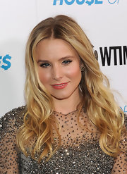 Kristen Bell wore a glossy coral-pink lipstick at the premiere screening of 'House of Lies.'