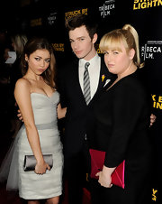 Sarah Hyland accessorized her look with a black satin clutch.