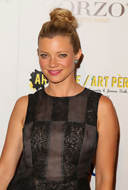 Amy Smart wore her hair in a casual bun at the 2nd Annual Art Mere/Art Pere night. Her look was easy and elegant.
