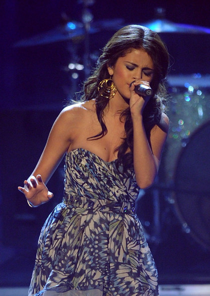Selena Gomez Gold Hoops [selena gomez,performance,music artist,entertainment,singer,singing,performing arts,lady,event,public event,song,peoples choice awards,show,california,los angeles,nokia theatre l.a. live]