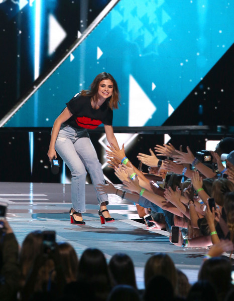 Selena Gomez Ripped Jeans [performance,crowd,stage,event,performing arts,music artist,public event,fashion,audience,talent show,celebs,selena gomez,young people changing the world,singer,actress,host,people,california,unicef,we day]