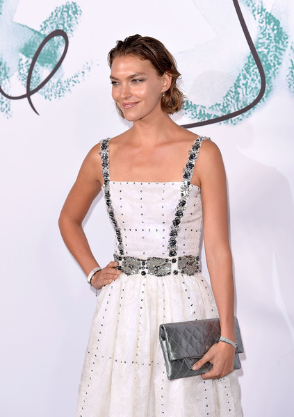 Arizona Muse accessorized with a classic quilted clutch by Chanel at the Serpentine Galleries Summer Party.