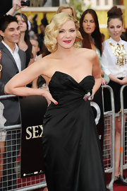 The gorgeous Kim Cattrall brought the glamor to the red carpet with a bold black gown, bright red lips and a wavy, old Hollywood hairdo.