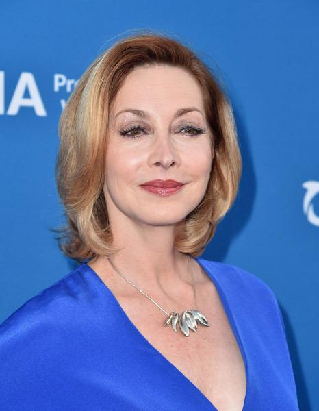 Sharon Lawrence Bob [sharon lawrence,seth macfarlane,hair,face,hairstyle,eyebrow,blond,chin,lip,electric blue,beauty,skin,concert for our oceans,oceana,wallis annenberg center for the performing arts,beverly hills,california]