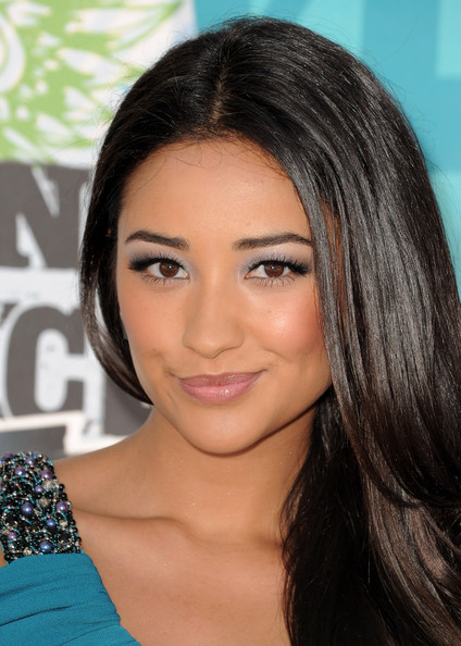 Shay Mitchell Metallic Eyeshadow