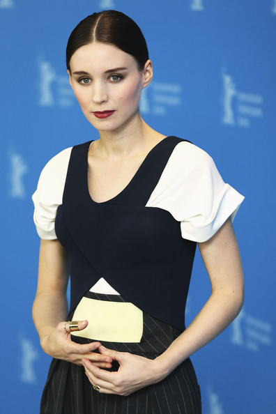 Rooney Mara accessorized with a gold wide-band ring on her thumb at the Berlinale photocall for 'Side Effects.'
