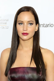 We love the dark red Jennifer painted her lips.