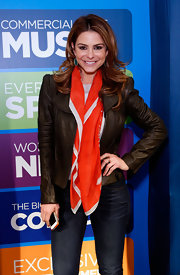 Maria Menounos accessorized her look with a red and white scarf.