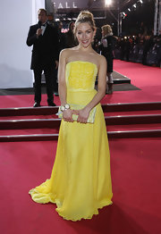 Julia Dietze looked so refreshing in this sunny yellow evening gown.