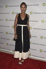 Kerry Washington paired her lovely dress with a classic black envelope clutch by Brian Atwood.