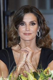 Queen Letizia polished off her look with a pair of silver and zirconia hoops by Coolook.