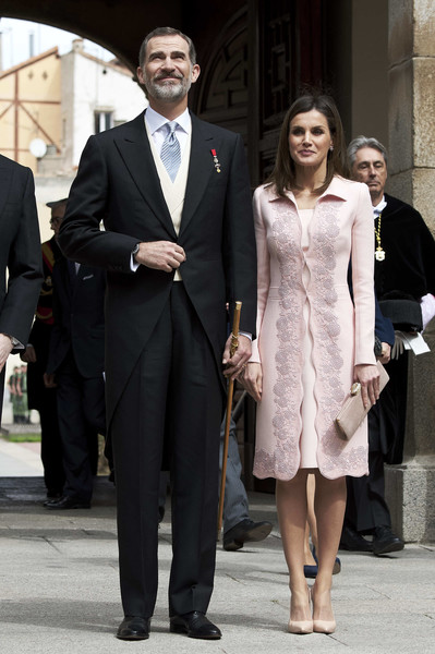 Queen Letizia paired her outfit with a nude suede clutch.