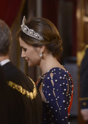 Queen Letizia of Spain wore a stunning pearl and diamond tiara by Cartier while hosting a dinner for the President of Portugal.