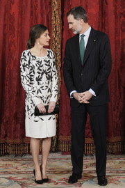 Queen Letizia paired her dress with a black satin clutch by Magrit.