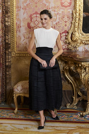Queen Letizia completed her outfit with black pumps by Manolo Blahnik.