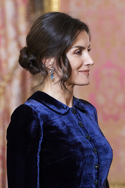 Queen Letizia amped up the elegance with a pair of gemstone drop earrings.