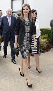 Princess Letizia polished off her sophisticated ensemble with black satin pumps.
