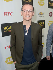 Chester Bennington topped off his ensemble with a dog tag necklace and a pair of earrings at the Video Game Awards.