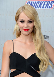 Laura Vandervoort added a dose of sexiness to her beauty look with a swipe of bold red lipstick.