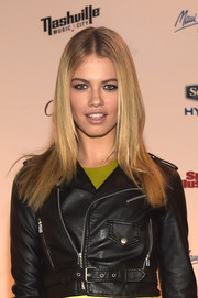 Hailey Clauson wore her tresses down in straight, center-parted layers during the SI Swimsuit Takes Over the Schermerhorn event.