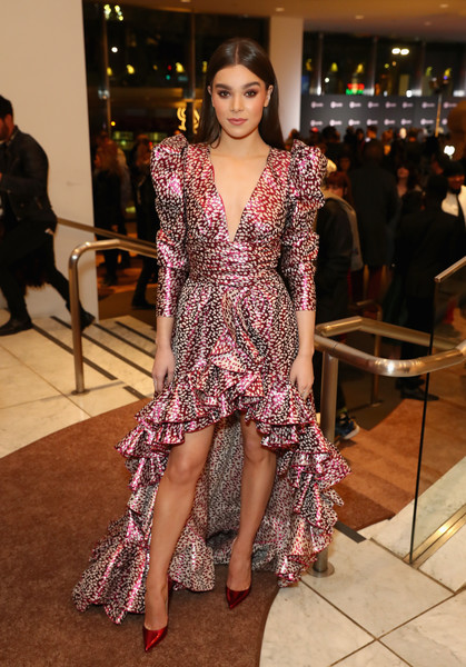 Hailee Steinfeld complemented her dress with a pair of metallic red pumps.