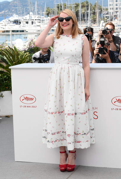Elisabeth Moss added a welcome pop of color via red satin platform sandals by Christian Louboutin.