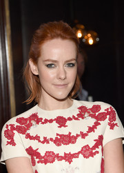 Jena Malone sported heavy gray eyeshadow for an edgy beauty look.