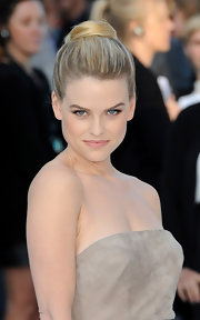 Alice Eve's classic bun was super chic on the red carpet!