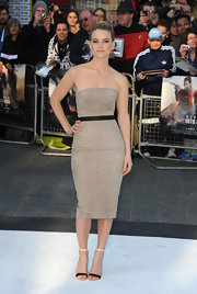 Alice Eve chose a simple but elegant tan strapless dress for her super classic and sleek red carpet look.
