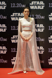 Daisy Ridley finished off her monochromatic look with a pair of white pumps.