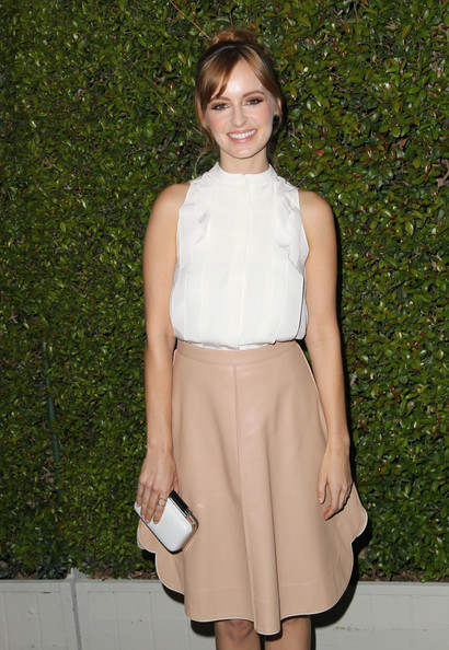 Ahna O'Reilly completed her simple yet stylish ensemble with a white hard-case clutch.