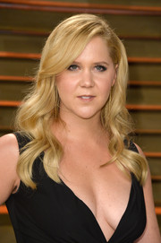 Amy Schumer sported an Old Hollywood-esque wavy 'do during the Vanity Fair Oscar party.