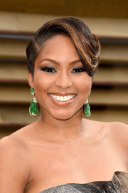Alicia Quarles attended the Vanity Fair Oscar party wearing a funky side-parted 'do with swirly bangs.