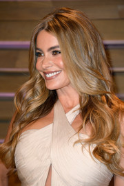 Sofia Vergara looked gorgeous at the Vanity Fair Oscar party with her lush, center-parted waves.