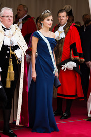 Queen Letizia of Spain complemented her gown with a midnight-blue suede clutch.
