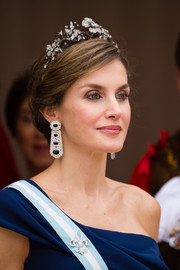 Queen Letizia of Spain attended the Lord Mayor's Banquet wearing her hair in an elegant chignon, complete with her Mellerio floral tiara.
