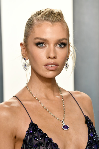 Stella Maxwell Pompadour [hair,face,hairstyle,blond,eyebrow,beauty,lip,shoulder,skin,chin,radhika jones - arrivals,radhika jones,stella maxwell,beverly hills,california,wallis annenberg center for the performing arts,oscar party,vanity fair,stella maxwell,wallis annenberg center for the performing arts,vanity fair,oscar party,victorias secret,model,fashion,academy awards]