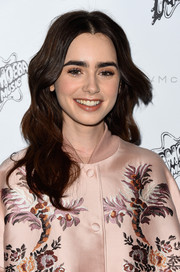 Lily Collins kept her beauty look soft and subtle with beige eyeshadow.