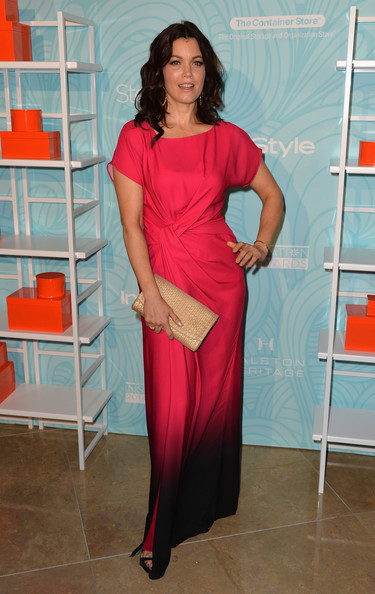 Bellamy Young chose a metallic gold clutch to complete her outfit.