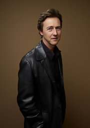Edward Norton wore his hair in a short wavy cut, with some volume.
