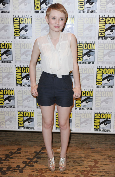 More Pics of Emily Browning Pixie (2 of 7) - Short Hairstyles Lookbook - StyleBistro [sucker punch,clothing,shoulder,fashion,leg,shorts,footwear,waist,premiere,dress,shirt,emily browning,red carpet,san diego,california,comic-con]
