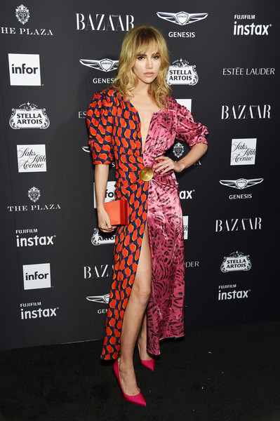 Suki Waterhouse Pumps [clothing,carpet,hairstyle,red carpet,fashion,premiere,dress,long hair,footwear,flooring,carine roitfeld,estee lauder,stella artois - arrivals,icons,plaza hotel,harpers bazaar celebrates,saks fifth avenue,fujifilm instax,genesis,infor]