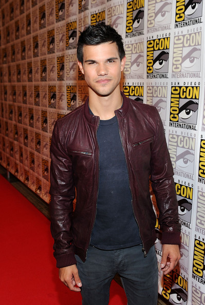 Taylor looked sharp in a maroon leather jacket for the Comic-Con event in San Diego. The actor's dark hair and laid-back style was perfect for the occasion.