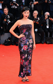 Nicole Warne looked downright fab in a strapless floral frock by Armani Prive at the Venice Film Festival screening of 'Suspiria.'