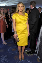 Jessica wore a sunny yellow Pre-Fall 2010 cocktail dress with a structured, asymmetrical neckline. She looked classic and sophisticated-perfect for the event.