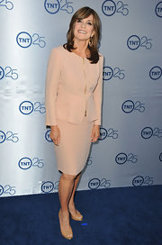 Linda Gray's blush pink skirt suit was a classic, mature choice for the actress.