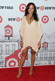 Selita lengthened her legs with a pair of neutral peep toe pumps.